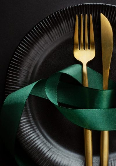 christmas-golden-cutlery-plate-with-bauble-ribbon-dark-background-banner-2-714x1024